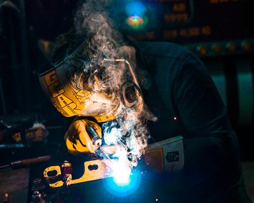 Hombre soldando con un soldador inverter